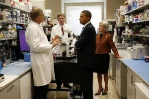 U.S. President Barack Obama and Health & Human Services Secretary Kathleen Sebelius (R) listen to Dr. Marston Linehan (L) and Dr. Francis Collins (2nd L) during a tour of an oncology laboratory at the National Institutes of Health in Bethesda, Maryland September 30, 2009. REUTERS/Kevin Lamarque (United States)